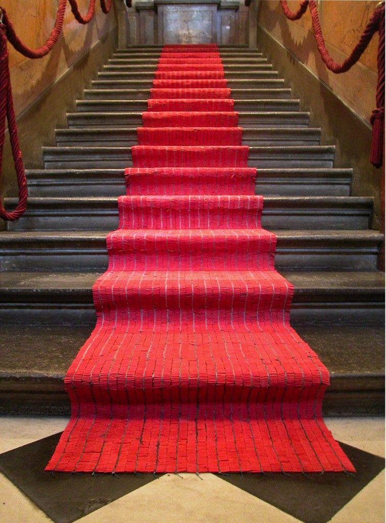 Crveni tepih - Otpor iskušenja, otprilike 140.000 kineskih petardi spojenih u crveni tepih, instalacija, Palais de Athénée, Ženeva 2004