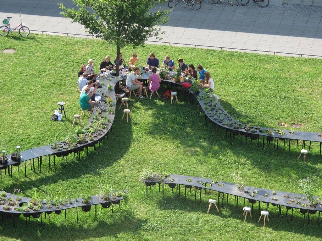 Stoliću, prostri se, instalacija sa stolom, kuhinjom i vrtom, C'mon C'mmons za Bauhaussummer na temelju Kraut-Funding inicijative s građanima Dessau, Bauhaus Dessau 2013.