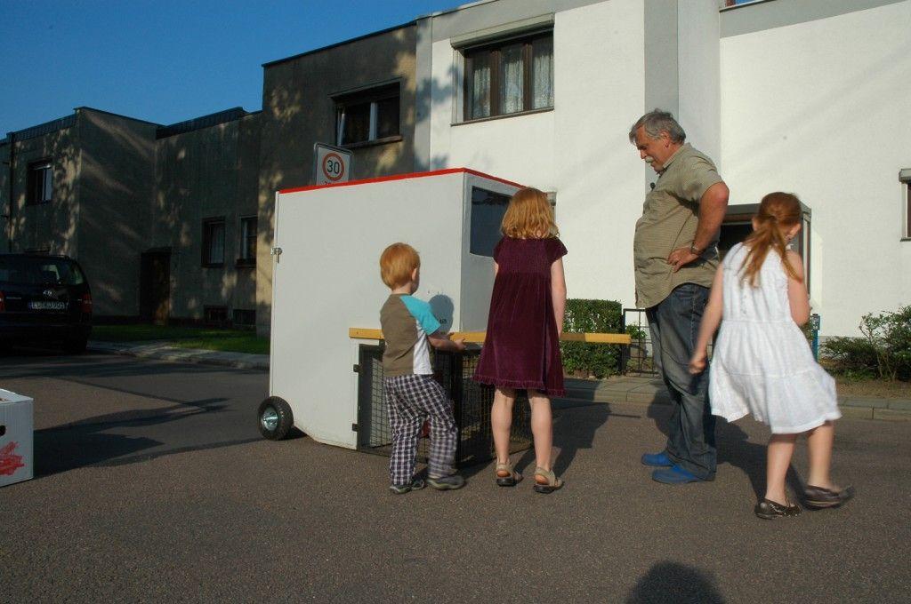 Chicks on Speed, suburbani kokošinjac, iznajmi kokoš - zadrži jaje, putovanje kroz naselja Dessaua 2011-2012